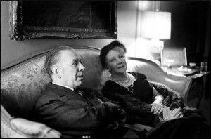 Leonor Acevedo y Jorge Luis Borges en su casa de la calle Maipú