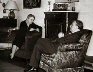 Jorge Luis Borges dictándole a su madre en su casa