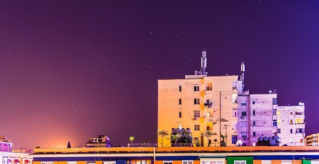 Tirana de noche