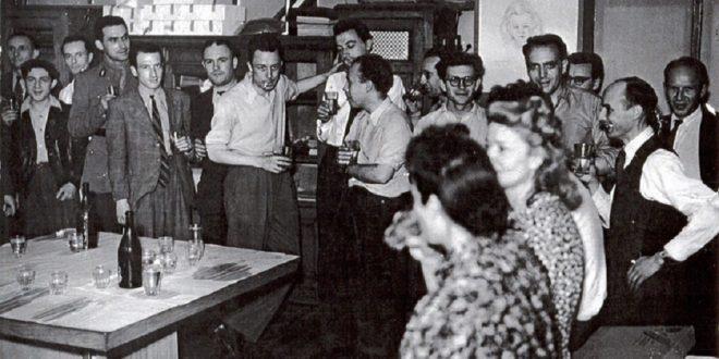 Albert Camus en la redacción de Combat